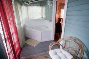 Victoria's Cottage - Jacuzzi on Back Porch